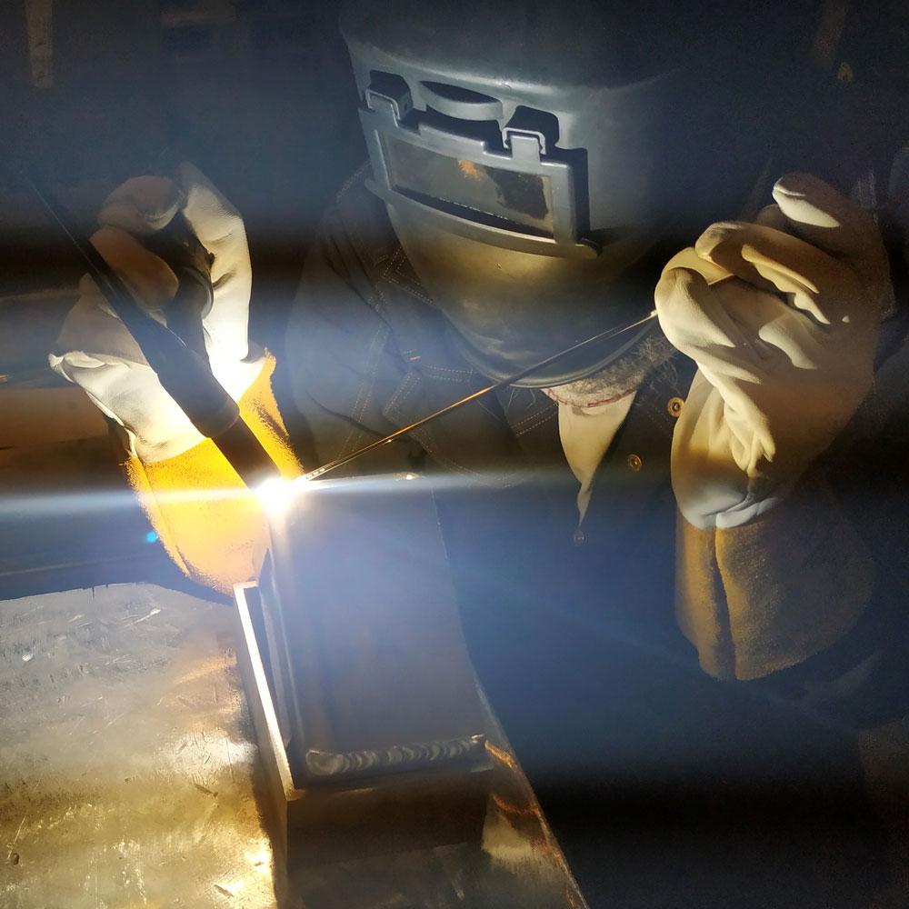 Bildet av en arbeider som sveiser.