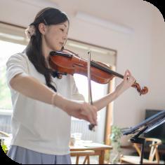 Trala violin student, Kassandra, playing her violin.