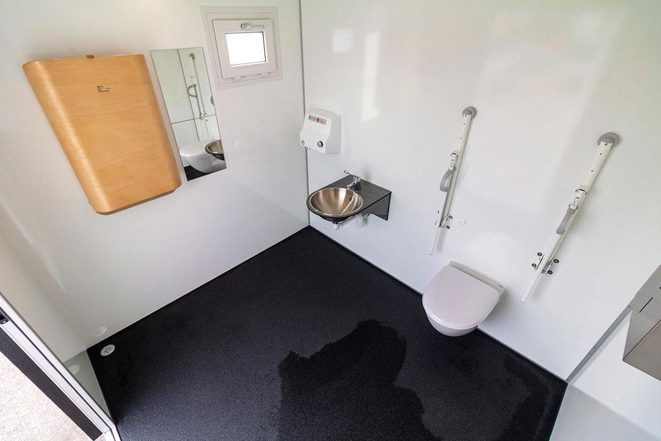 Toilethus ved Tornby Strand indefra