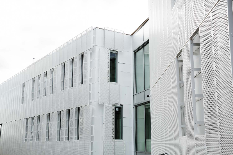 Kontor- og næringsbygg satt opp av prefabrikkerte stål- og betongkonstruksjoner. Samt vegbro og landskapstrapp i bakkant av tomt.