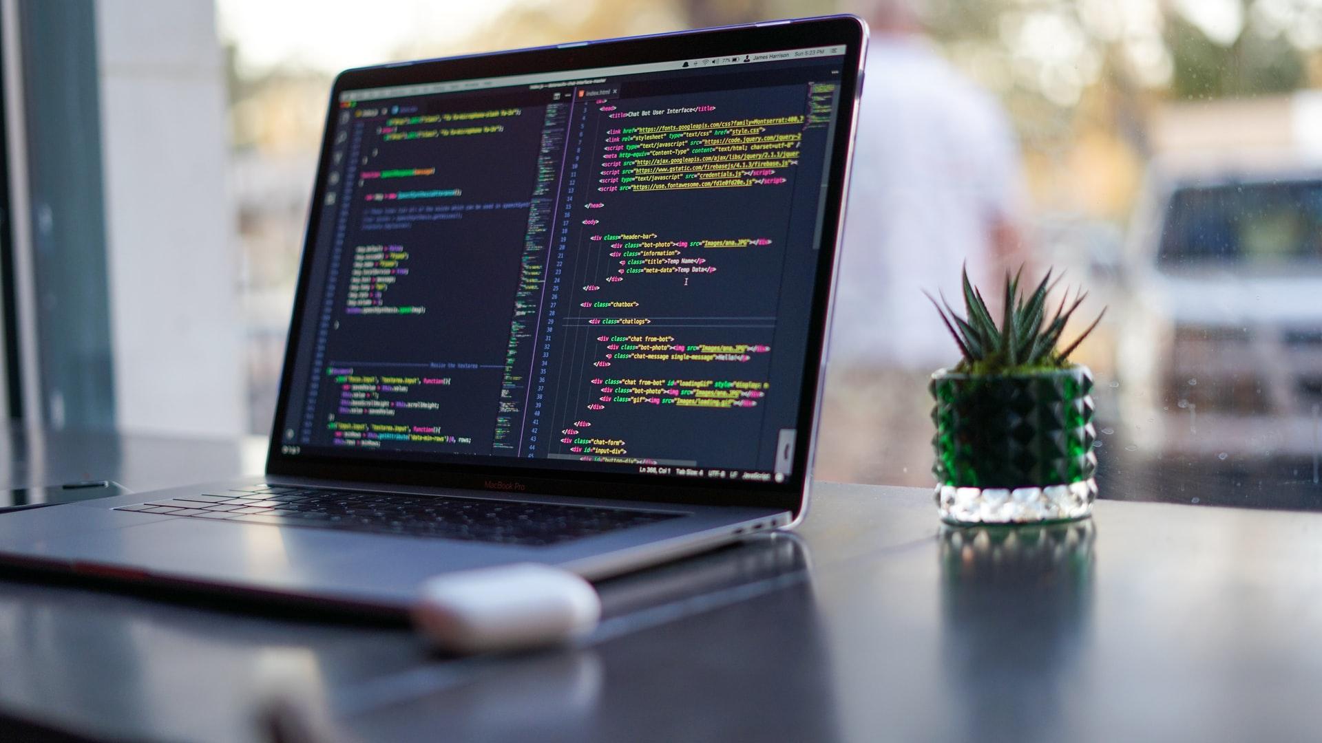 Schreibtisch mit Laptop und Webentwicklung