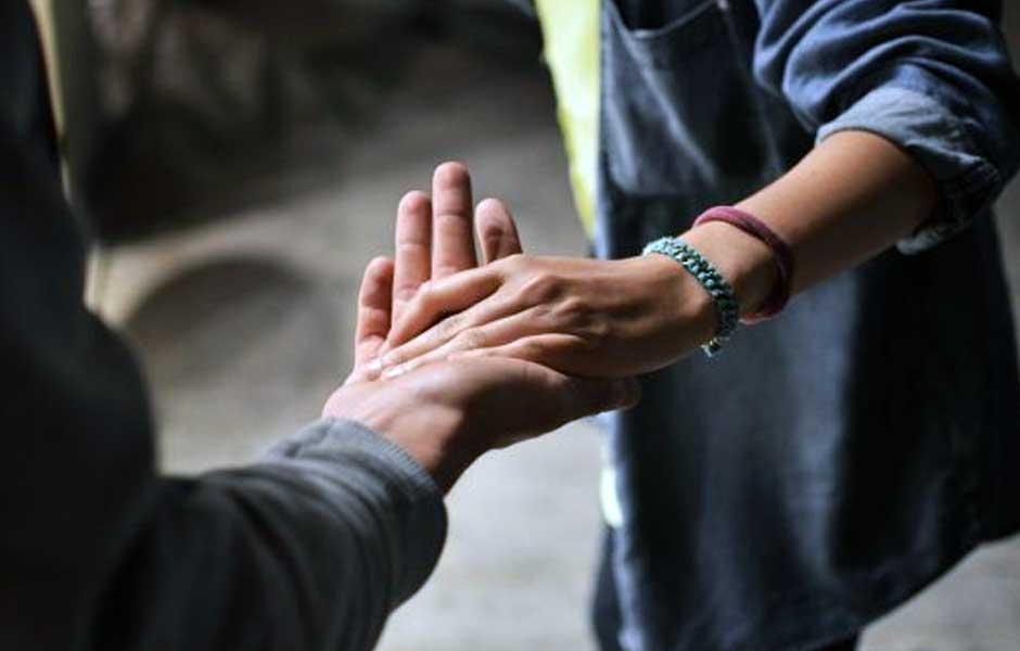 Nærbilde av par som holder hender