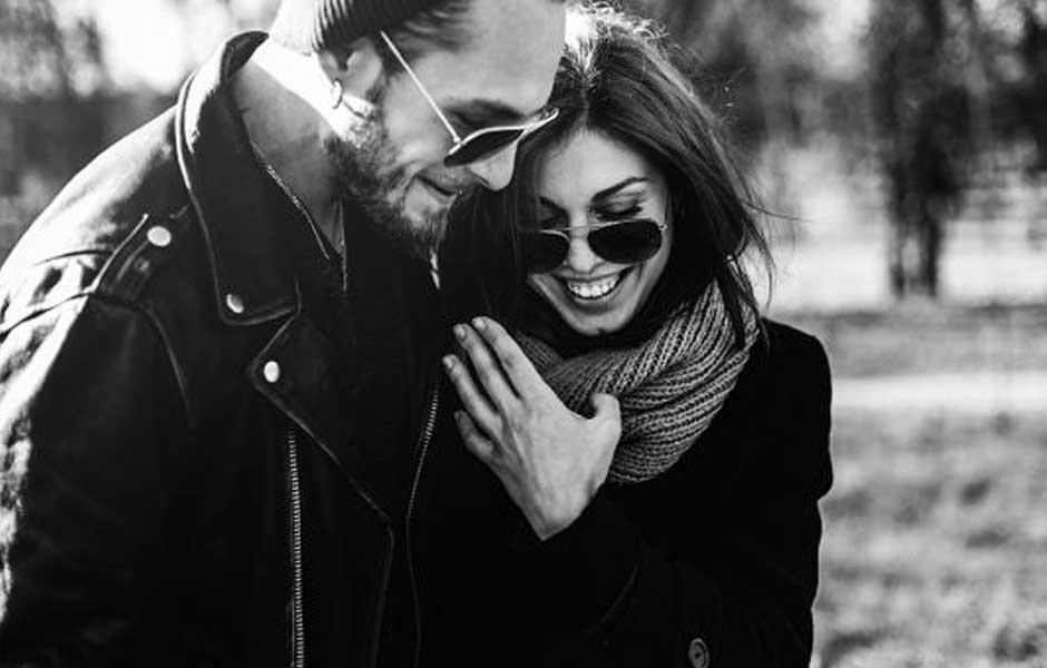 Par som går og snakker tett sammen