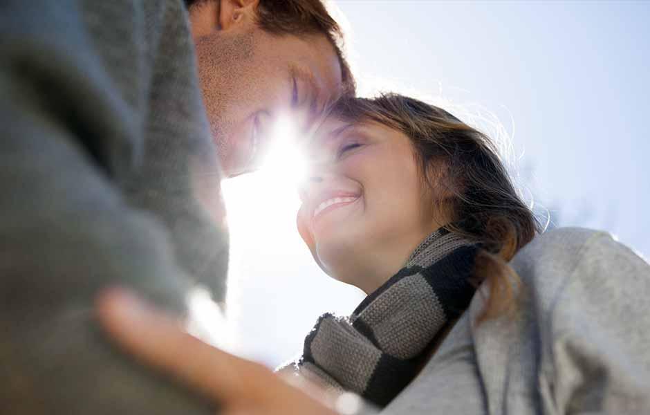 En kvinne smiler til mannen sin