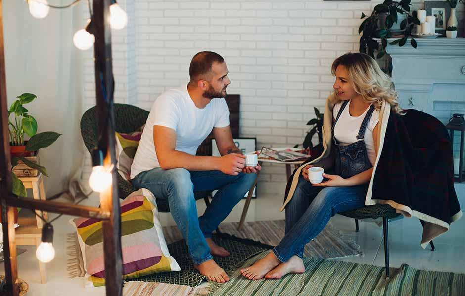 Par sitter og snakker med hverandre