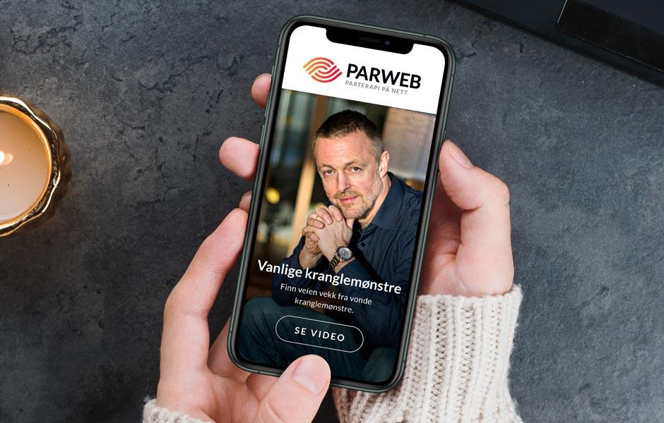 Kvinne prøver parterapi på mobiltelefonen - Parweb