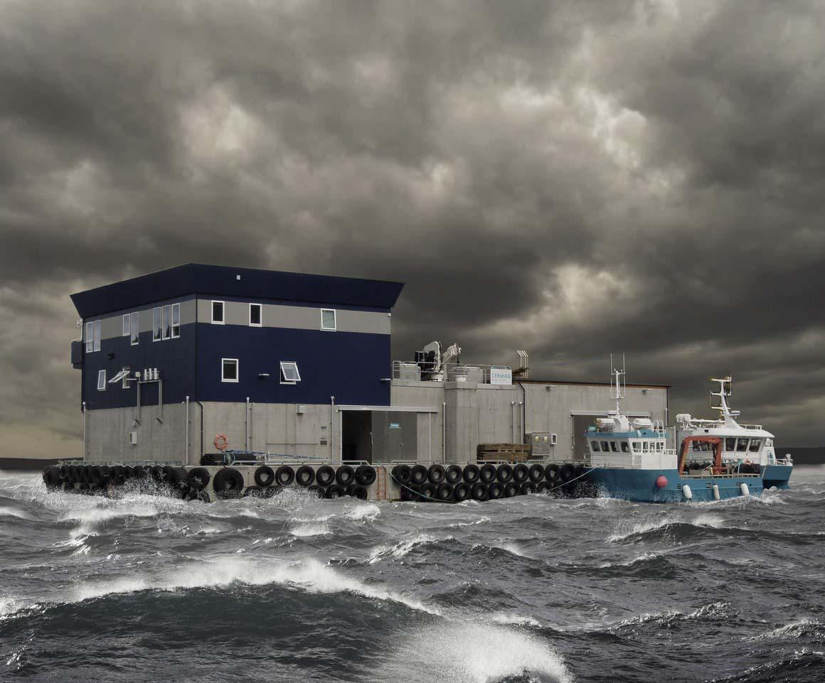 Bilde av en betongflåte i storm med en båt