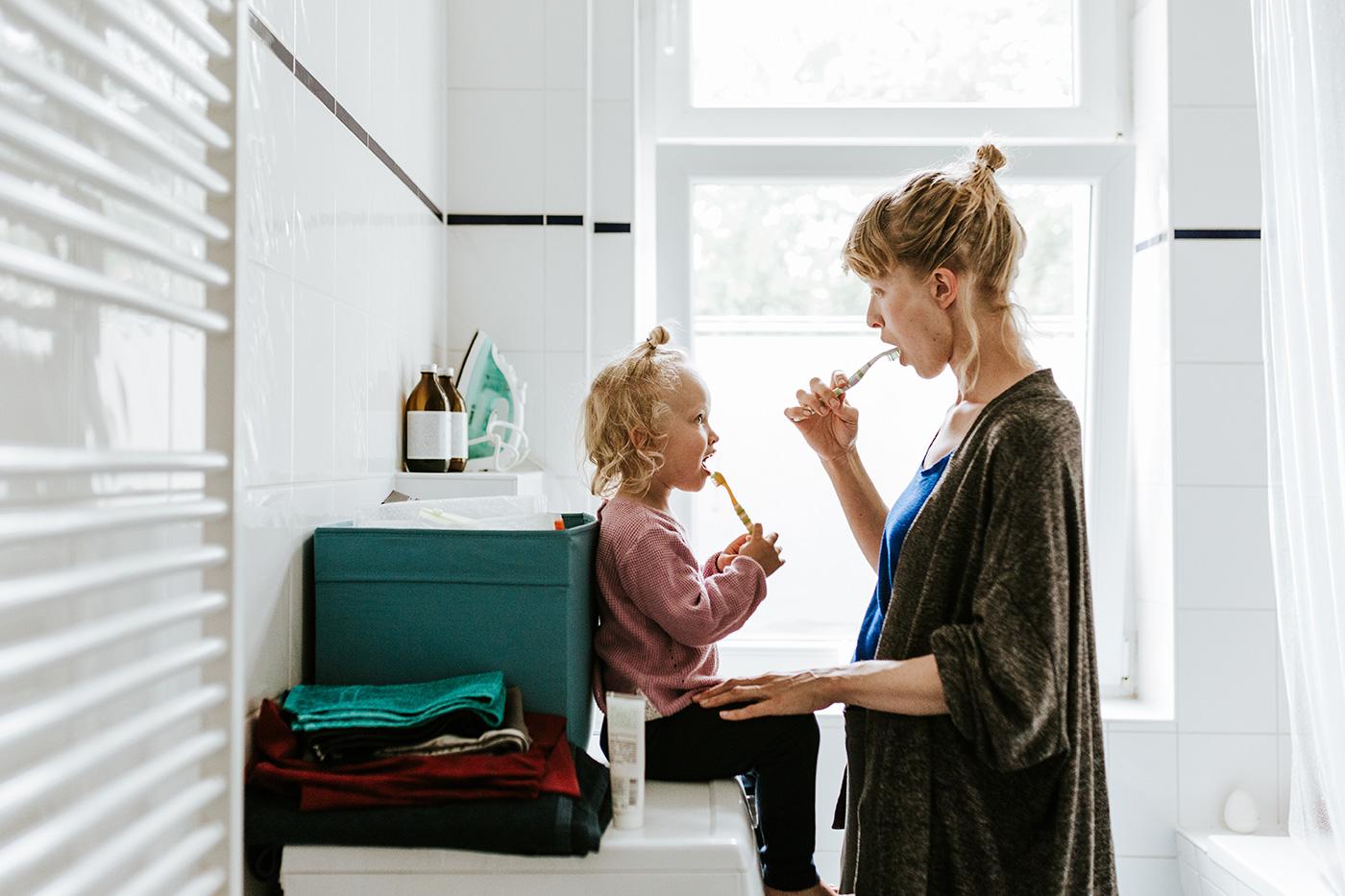 Mor og datter som pusser tennene sammen