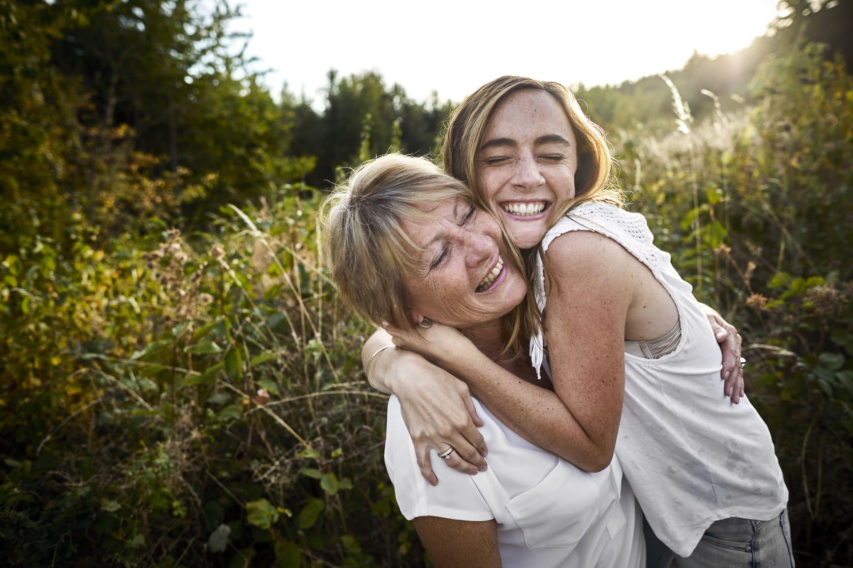 Mor og datter som klemmer