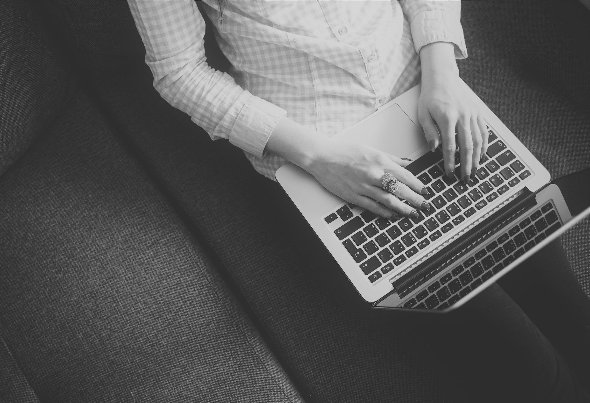 freelance utilisant son ordinateur portable