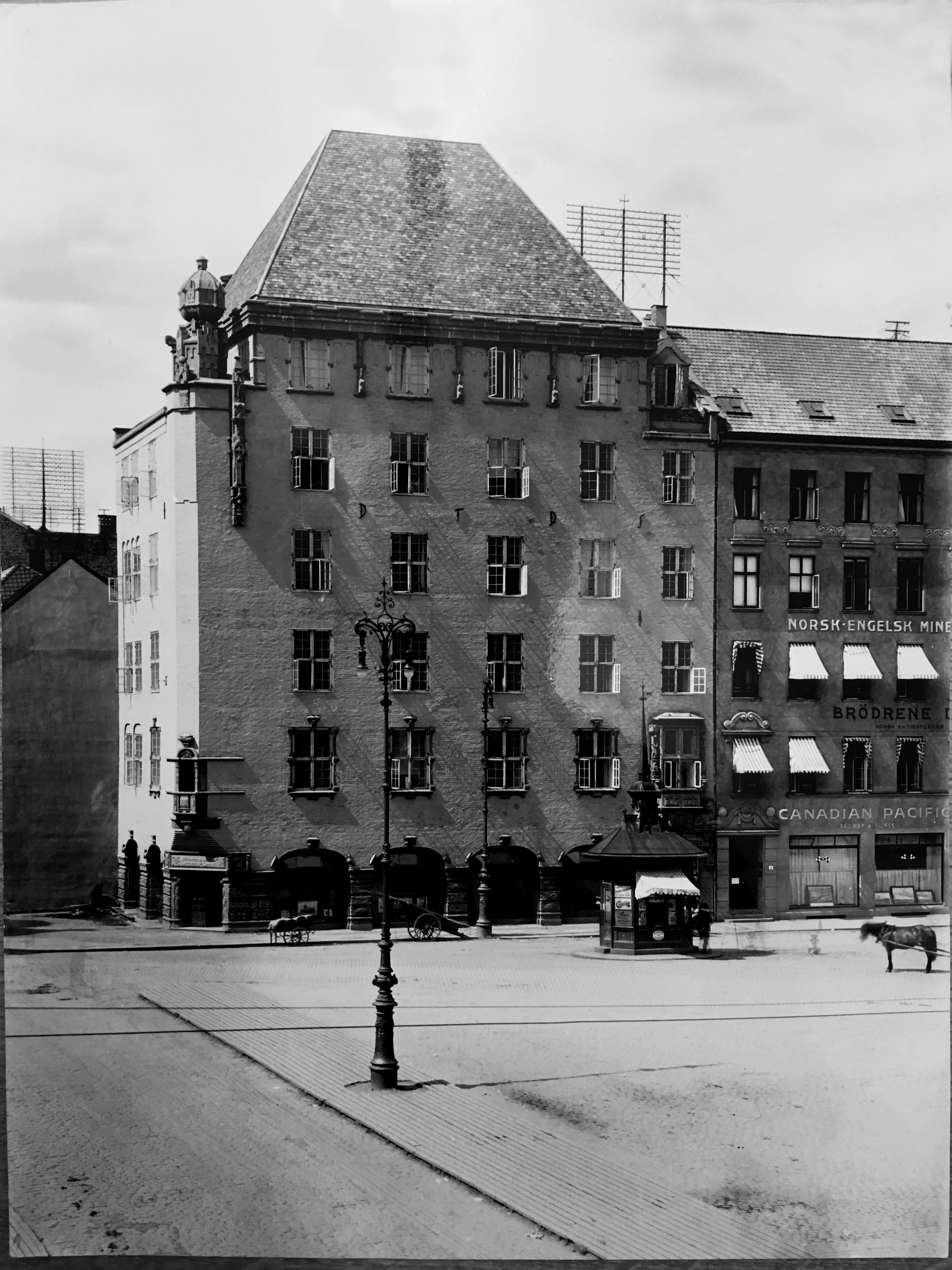 Forretningsgård i Karl Johans gate 1 i Kristiania for DFDS.