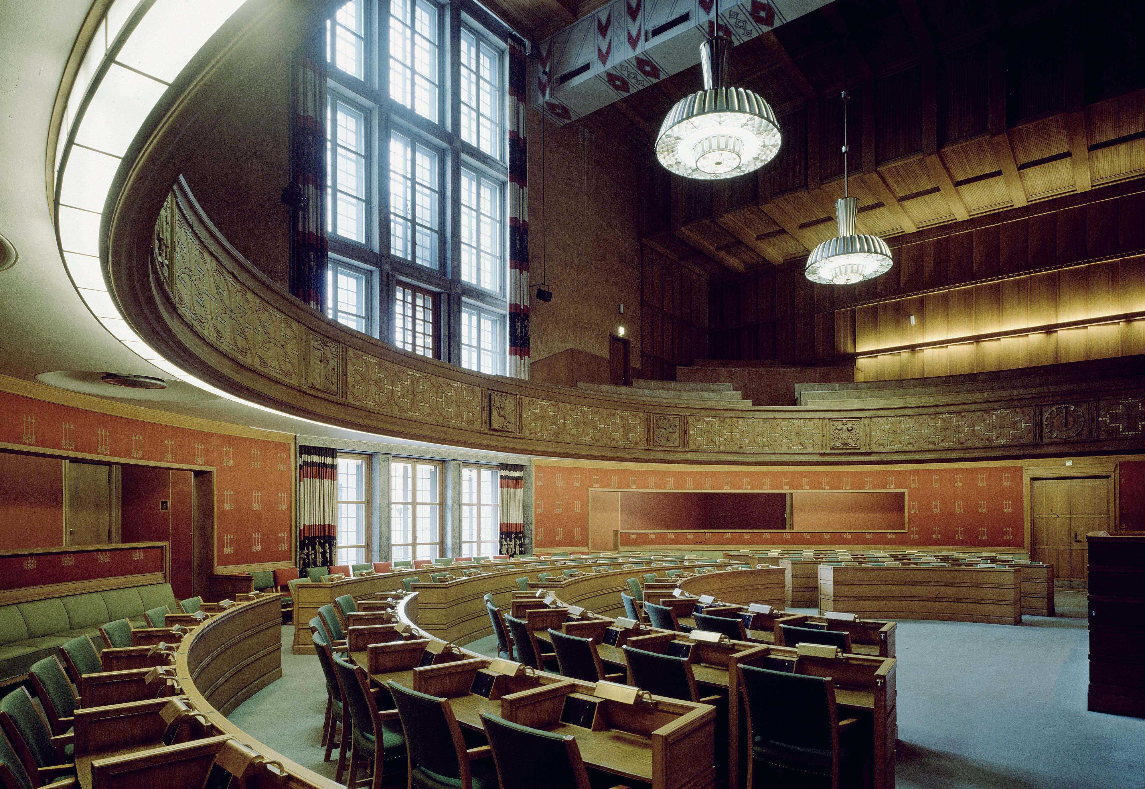 Bystyresalen i Oslo Rådhus gjentar halvsirkelformen fra Fridtjof Nansens plass utenfor.  Alt i moderne formsprog og solide materialer, slik Poulsson ville ha det.