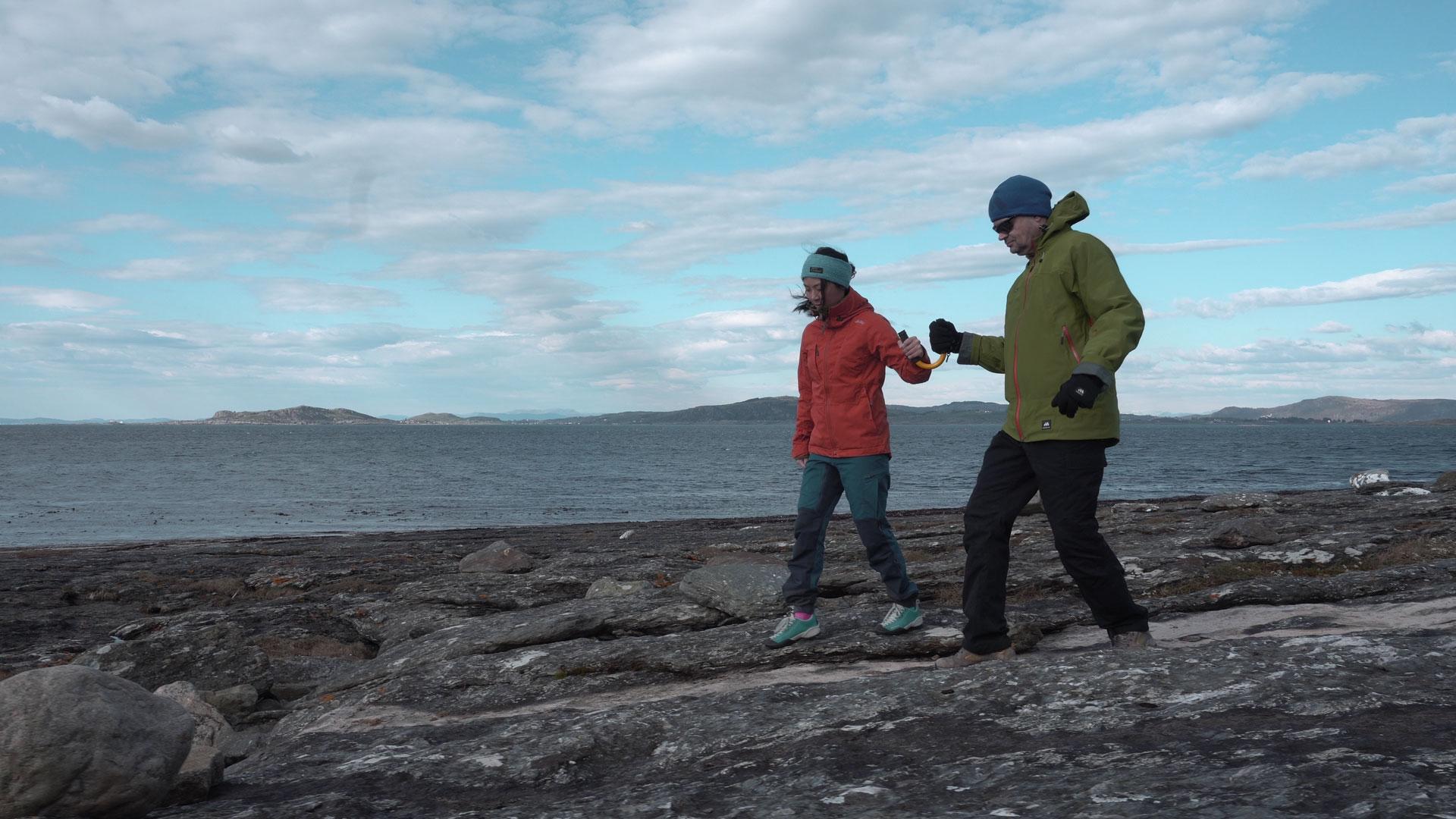 På tur med U-GO på berget langs sjøen.