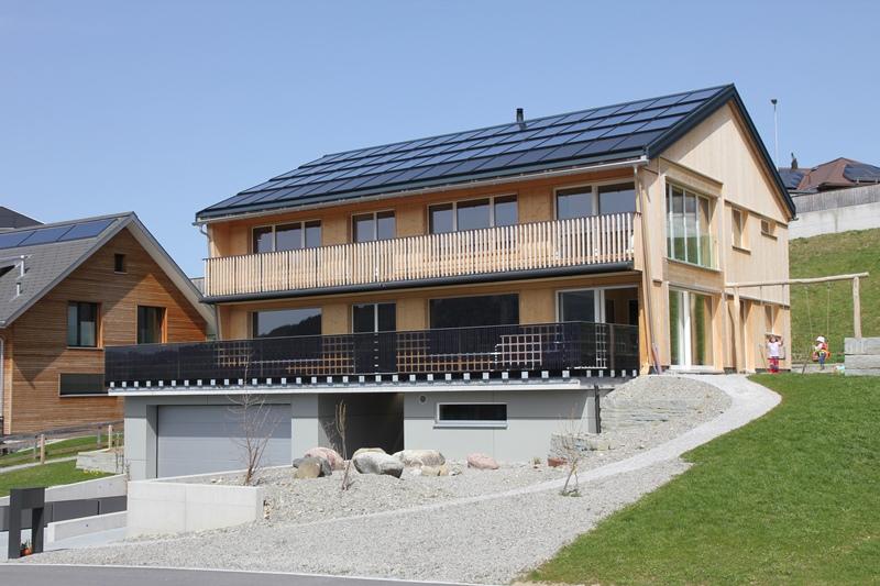 www.winklersolar.com Mix aus Solarthermie und Photovoltaik: Die Solarthermie dient zur Warmwasseraufbereitung und die Photovoltaik kann zum Eigenstromverbrauch genutzt werden.